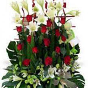 Centro funerario con rosas y lilium