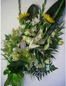 Ramo fun. rosas blancas-amarillas. Ainara Floristas