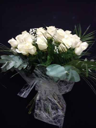 12 rosas blancas + peluche de regalo