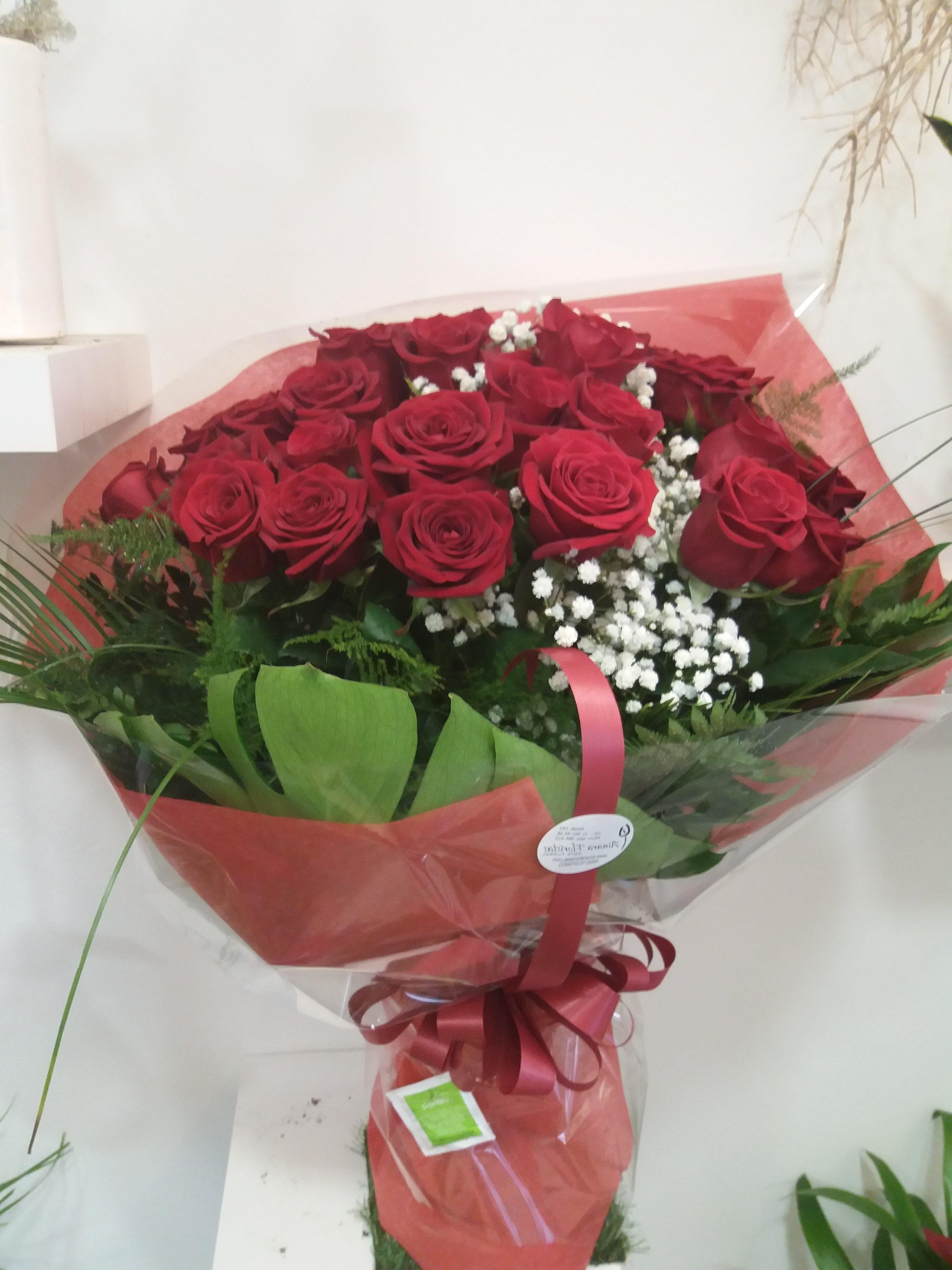 Ramo 12 rosas rojas + Caja de bombones de regalo