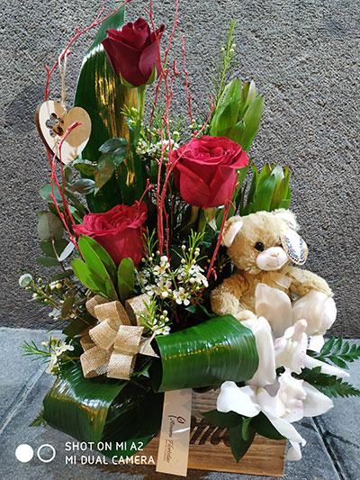 Centro rosas orquídeas peluche